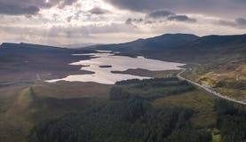 Flyg- sikt av fjorden Leathan nästan gamala mannen av Storr, ö av Skye, Skottland royaltyfria foton