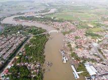 Flyg- sikt av floden i fiskarebyn royaltyfri bild
