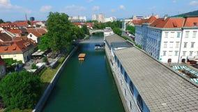 Flyg- sikt av floden Ljubljanica som flödar till och med Ljubljana slovenia stock video