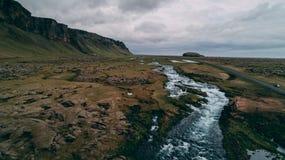 Flyg- sikt av floden med stora klippor i Island Arkivfoto