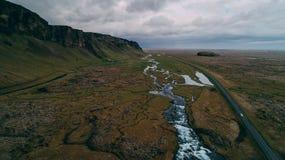 Flyg- sikt av floden med stora klippor i Island Royaltyfria Foton