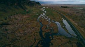 Flyg- sikt av floden med stora klippor i Island Arkivbilder