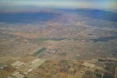 Flyg- sikt av flodstranden och Norco, sikt från fönsterplats i Arkivfoto
