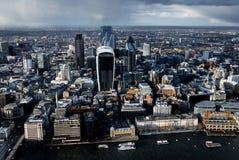 Flyg- sikt av flodThemsen och staden i London arkivbild