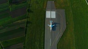 Flyg- sikt av flygplanet under landning på flygplatslandningsbanan Top beskådar stock video