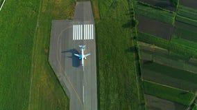 Flyg- sikt av flygplanet under landning på flygplatslandningsbanan Top beskådar lager videofilmer