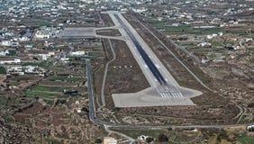 Flyg- sikt av flygplatsen i den Mykonos ön, Grekland Arkivfoto