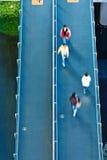 Flyg- sikt av folk som går på gångbanan Royaltyfri Bild
