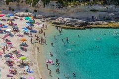 Flyg- sikt av folk som har gyckel i den Tropea stranden - Tropea, Calabria, Italien Fotografering för Bildbyråer