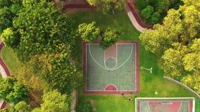 Flyg- sikt av Futsal och basketdomstolen stock video