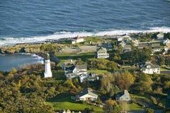 Flyg- sikt av fyren för två ljus på oceanfronten i udde Elizabeth, Maine kustlinjesöder av Portland Arkivbild