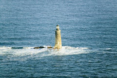 Flyg- sikt av fyren på havet som omges av vatten på den Maine kustlinjen, söder av Portland Arkivbild
