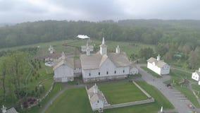 Flyg- sikt av gamla återställda ladugårdar på en vårdag stock video