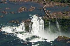 Flyg- sikt av Gargantaen del Diablo i vattenfallen av Iguazu arkivfoton