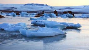 Flyg- sikt av glaciären och isberg i glaciärlagun i Island lager videofilmer