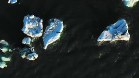 Flyg- sikt av glaciären och isberg i glaciärlagun i Island arkivfilmer