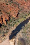 Flyg- sikt av Glen Helen Gorge och waterhole arkivbilder