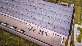 Flyg- sikt av godslagret Logistiker centrerar i industriell stadszon från över Flyg- sikt av lastbilar som laddar på logistisk ce Royaltyfria Bilder