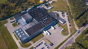 Flyg- sikt av godslagret Logistiker centrerar i industriell stadszon från över Flyg- sikt av lastbilar som laddar på logistisk ce Arkivfoto