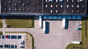 Flyg- sikt av godslagret Logistiker centrerar i industriell stadszon från över Flyg- sikt av lastbilar som laddar på logistisk ce Royaltyfri Fotografi