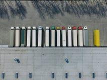 Flyg- sikt av godslagret Logistiker centrerar i industriell stadszon fr?n ?ver arkivfoto