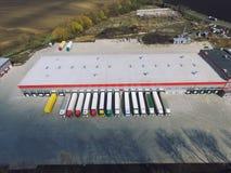 Flyg- sikt av godslagret Logistiker centrerar i industriell stadszon fr?n ?ver royaltyfri bild
