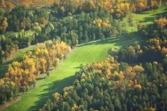 Flyg- sikt av golfbanan i nedgången Royaltyfri Fotografi