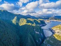 Flyg- sikt av Gordon Dam och sjön Sydväster Tasmanien fotografering för bildbyråer