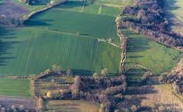 Flyg- sikt av gräsplanfält och lutningar Arkivfoto