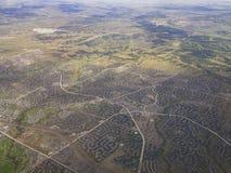 Flyg- sikt av grönskande skogbyn, sikt från fönsterplats i en ai Royaltyfri Fotografi