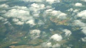 Flyg- sikt av grönskande skogbyn, sikt från fönsterplats i ett flygplan arkivfilmer