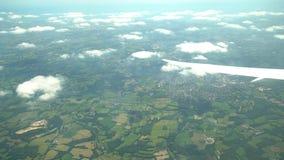 Flyg- sikt av grönskande skogbyn, sikt från fönsterplats i ett flygplan stock video