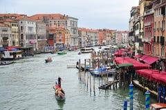 Flyg- sikt av Grand Canal från den Rialto bron i Venedig, Arkivbild