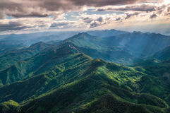 Flyg- sikt av härlig bergskedja Arkivfoto