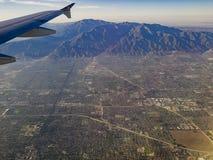 Flyg- sikt av höglandet, Claremont sikt från fönsterplats i en luft Arkivbilder