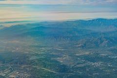Flyg- sikt av höglandet, Rancho Cucamonga, sikt från fönsterplats I arkivbild