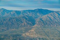 Flyg- sikt av höglandet, Rancho Cucamonga, sikt från fönsterplats I arkivfoton