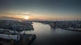 Flyg- sikt av hamnen på solnedgången i Hamburg med elbphilharmonie fotografering för bildbyråer