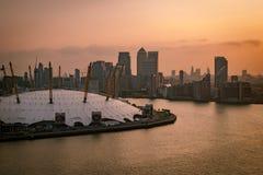 Flyg- sikt av hamnkvarter på solnedgången, London, England Arkivbilder