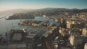 Flyg- sikt av hamnstaden och cityscape av Genua i aftonen, Italien stock video