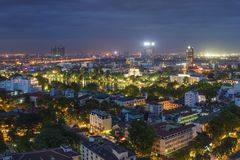 Flyg- sikt av Hanoi cityscape på skymning Visning från gatan för Ly Thuong Kiet, söder av Hoan Kiem sjön Arkivfoton