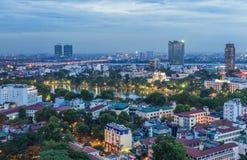 Flyg- sikt av Hanoi den cityscapeAerial sikten av Hanoi citysc på skymning Visning från gatan för Ly Thuong Kiet, söder av Hoan K Arkivfoto