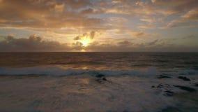 Flyg- sikt av havet i guld- ljus av solnedgången stock video
