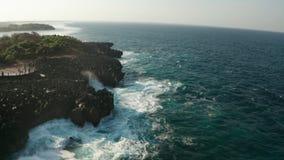 Flyg- sikt av havet med vågor som krossar över Nusa Dua-klippor i Bali stock video