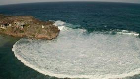 Flyg- sikt av havet med vågor som krossar över Nusa Dua-klippor i Bali lager videofilmer