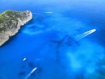 Flyg- sikt av havet och få fartyg Royaltyfria Bilder