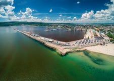 Flyg- sikt av havsport och den industriella hamnzonen i Varna, Bulgarien fotografering för bildbyråer