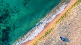 Flyg- sikt av havvågor och sand på stranden royaltyfria foton