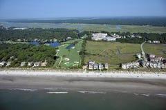 Flyg- sikt av Hilton Head Beach Homes och golfbanan arkivbild
