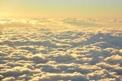 Flyg- sikt av himmel och moln i aftonen Arkivbild